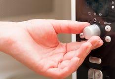 Établissement d'une minuterie sur le four à micro-ondes Photo stock