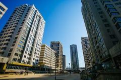 Établissement de la nouvelle zone résidentielle Constructeurs vérifiant le constr ayant beaucoup d'étages image stock