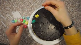 Établissement des bougies colorées sur le gâteau banque de vidéos