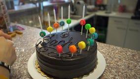 Établissement des bougies sur le gâteau banque de vidéos