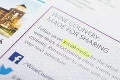 Établissement vinicole favorisant ses affaires dans le media social images stock
