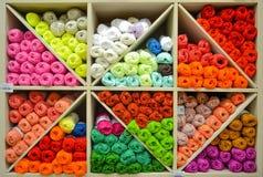 Étagère avec le fil à tricoter Photographie stock