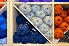 Étagère avec le fil à tricoter Image libre de droits