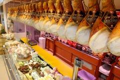 Étagère avec les saucisses italiennes typiques Images stock