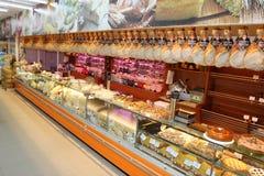 Étagère avec les saucisses italiennes typiques Photo stock