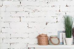 Étagère bien décorée contre le mur de briques Photo libre de droits