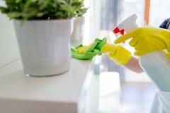 Étagère blanche de nettoyage de femme photos libres de droits
