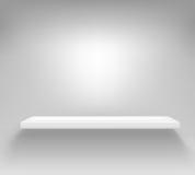 Étagère blanche vide accrochant sur un mur Images libres de droits
