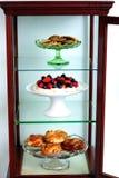 Étagère décorée par les desserts délicieux image stock