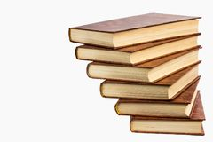 Étagère de vieux livres d'isolement sur le fond blanc Images libres de droits