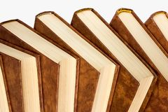 Étagère de vieux livres d'isolement sur le fond blanc Photographie stock libre de droits