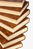 Étagère de vieux livres d'isolement sur le fond blanc Image stock