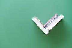 Étagère des livres sur le mur Photos libres de droits