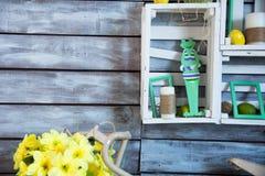 Étagère en bois avec des embrouillements de fil et d'une bougie Photo libre de droits