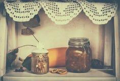 Étagère en bois avec des plats Images libres de droits