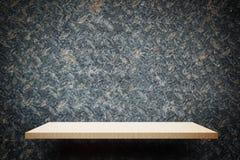Étagère en bois crémeuse vide sur le mur rustique en métal pour l'affichage photo stock