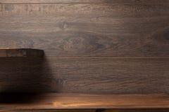 Étagère en bois sur le brun photo stock