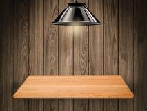 Étagère en bois sur le fond en bois Photo stock