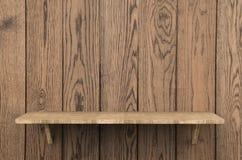 Étagère en bois sur le fond en bois Photo libre de droits
