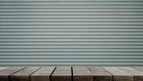 Étagère en bois sur le mur rustique en métal pour l'affichage de produit photographie stock libre de droits