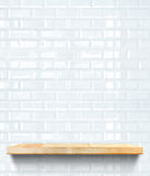 Étagère en bois vide au mur en céramique de tuile blanche, moquerie de calibre vers le haut de f image stock
