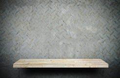Étagère en pierre crémeuse sur le mur rustique en métal pour le displa de produit image libre de droits