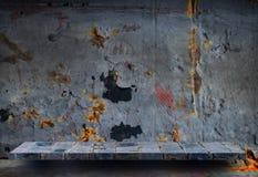 Étagère en pierre sur le mur rustique en métal pour l'affichage de produit images stock