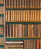étagère La collection de livres de vintage, livre antique a donné à la couverture une consistance rugueuse image stock