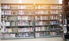 Étagère ronde dans la bibliothèque publique au-dessus du fond naturel de bibliothèques de tache floue, bokeh hors de pile de livr image libre de droits