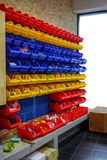 Étagère universelle en plastique colorée accrochant sur le mur en bois image stock