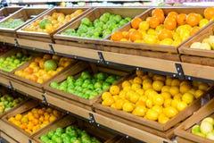 Étagère végétale au supermarché image libre de droits