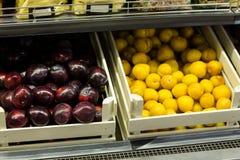 Étagère végétale au supermarché Images stock