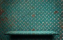 Étagère verte rustique vide en métal pour l'affichage photos stock