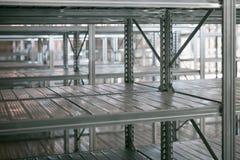 Étagère vide en métal dans la salle d'entreposage photographie stock