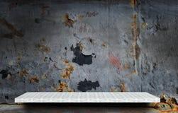 Étagère vide sur le mur rustique en métal photographie stock