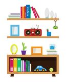 Étagères à livres avec les objets décoratifs de concept photographie stock libre de droits