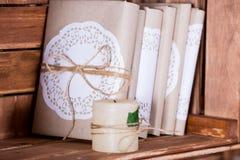 Étagères à livres en bois avec des livres de vintage Photos libres de droits