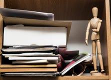 Étagères à livres et homme en bois photographie stock