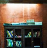 Étagères à livres et mur en béton filtrés par vintage Photos libres de droits