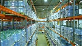 Étagères avec des boîtes d'eau en bouteille dans l'entrepôt banque de vidéos