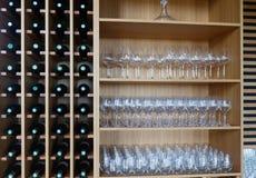 Étagères avec des bouteilles de vin et des verres à vin Photo libre de droits