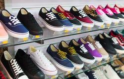 Étagères avec des chaussures de sport Photo stock