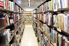 Étagères avec des livres à la bibliothèque d'école Photo stock