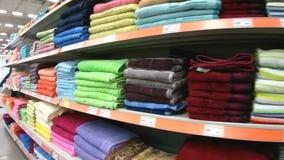 Étagères avec des serviettes de bain dans le supermarché de Domingo banque de vidéos