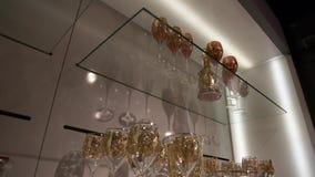 Étagères avec des verres de vintage banque de vidéos