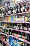 Étagères avec du vin, la bière et des boissons non alcoolisées Photos libres de droits