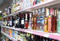 Étagères avec du vin, la bière et des boissons non alcoolisées Images stock