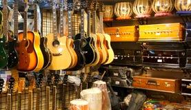 Étagères avec l'équipement musical indien et occidental Images libres de droits