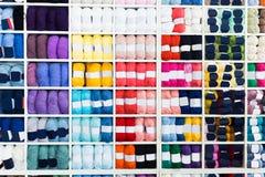 Étagères avec le divers fil à tricoter Photos libres de droits