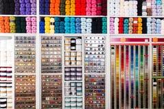 Étagères avec les approvisionnements de couture Photos stock